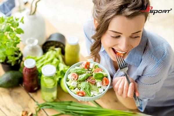 Bổ sung nhiều rau quả tươi xanh vào thực đơn mỗi ngày để hạn chế các bệnh về tim mạch