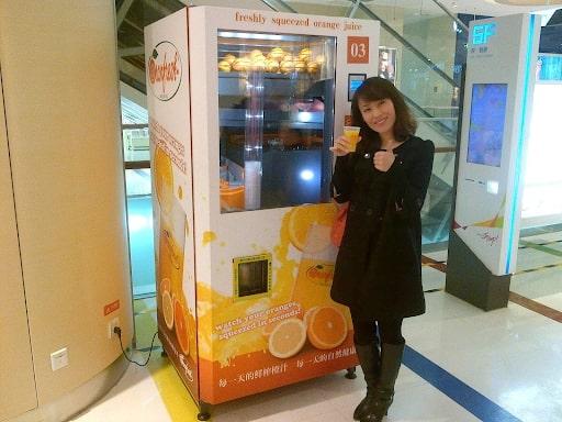 Khách hàng check-in tại máy bán nước cam tự động TSE